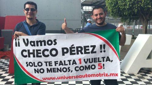 Fans de la F1 muestran un divertida manta para apoyar a Checo