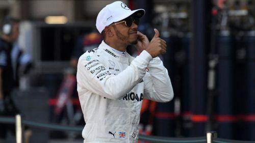 Hamilton saluda al terminar la sesión de Clasificación para el GP de México