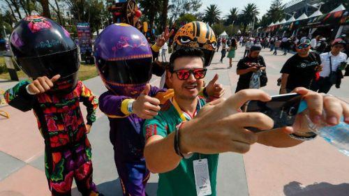 Aficionado disfruta del GP de México en el AHR