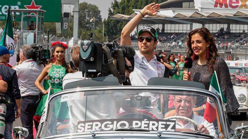 Checo Pérez, en el desfile previo al GP de México