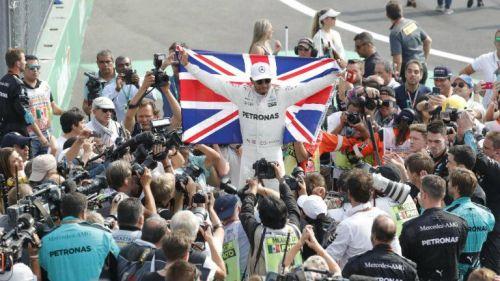 Hamilton sostiene la bandera británica tras consagrarse tetracampeón