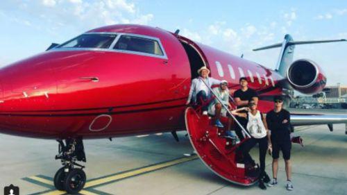 Lewis Hamilton posa en su jet privado