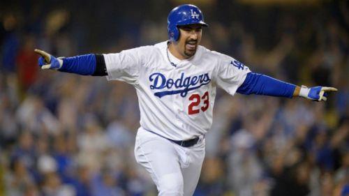 Adrián González hace un gesto de celebración en un partido con Dodgers