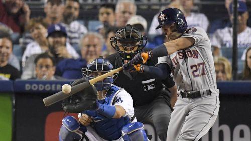 José Altuve batea durante un juego con los Astros