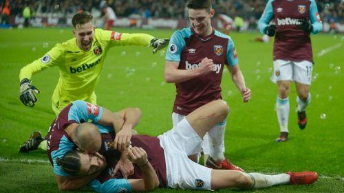Festejo de los jugadores del West Ham tras el gol de Carroll