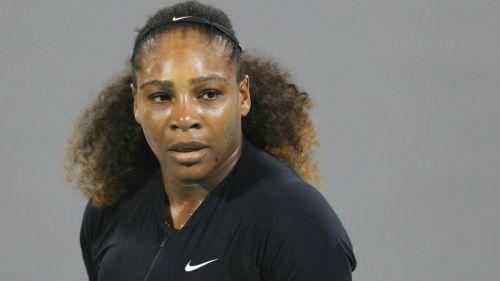 Serena Williams, en partido de exhibición en el torneo Abu Dhabi