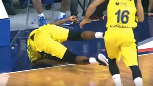 El basquetbolista James Nunnally cae a la duela