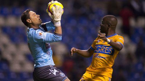 Moisés Muñoz atrapa balón frente a Enner Valencia
