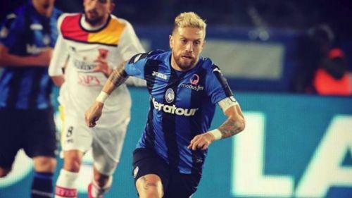 Papu Gómez busca ganar en el esférico en un partido del Atalanta