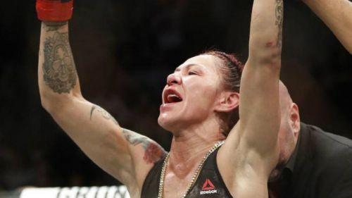 Cris Cyborg festeja tras vencer a Holly Holm en UFC 219