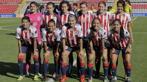 Chivas femenil , durante la foto oficial previo al juego de la J1