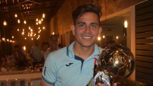Rodolfo Zelaya levanta el título de Campeón con Alianza F.C