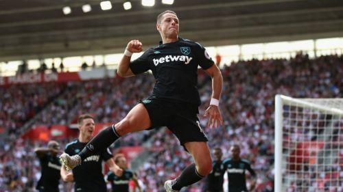Chicharito festeja gol con los Hammers