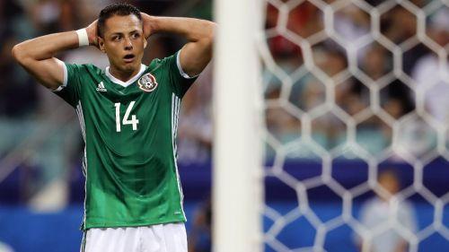 Chicharito se lamenta tras fallar en un partido de México