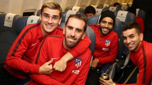 Jugadores del Atlético en el vuelo que los llevaría al País Vasco