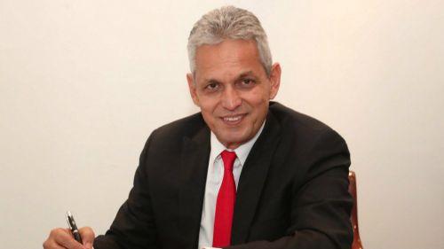 Reinaldo Rueda sonríe mientras firma contrato con Flamengo