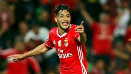 Jiménez, celebra tras marcar un gol