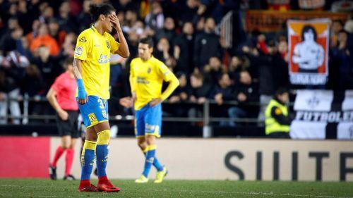 Mauricio Lemos defensa de Las Palmas se tapa los ojos tras la derrota