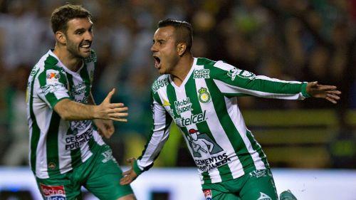 Luis Montes festeja luego de anotar contra Toluca