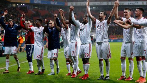 Jugadores del Bayern celebran un triunfo con su afición