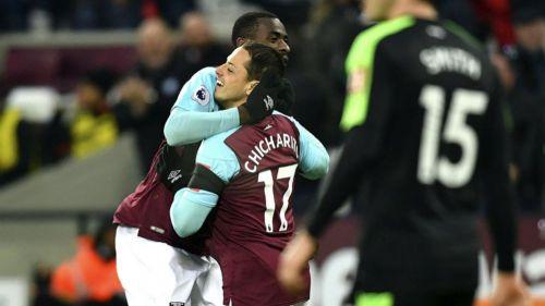 Chicharito festeja con Pedro Obiang su gol contra el Bournemouth
