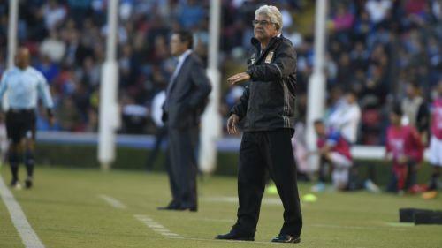 Ricardo Ferretti da indicaciones a sus jugadores desde la banca