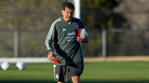 Juan Carlos Osorio camina durante un entrenamiento del Tri