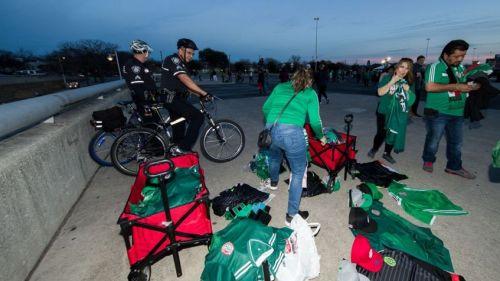 Mexicanos vendiendo mercancía afuera del Alamodome