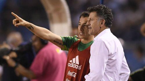 Guardado y Osorio platican durante un juego del Tri