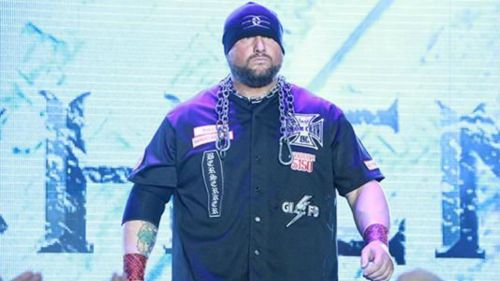 Bully Ray  contempla a los fans antes de subir al ring