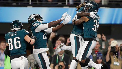 Jugadores de Eagles festejan tras touchdown