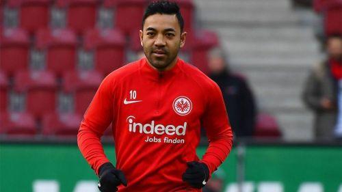 Maco Fabián calienta en un juego del Eintracht Frankfurt