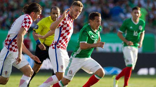 Guardado conduce el Balón en partido contra Croacia