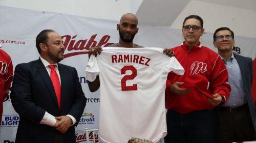 Alexei Ramírez posa con la franela de Diablos Rojos