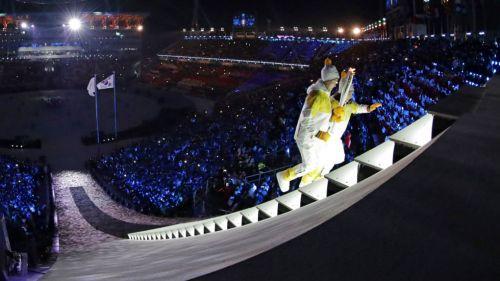 Su Hyon y  Jong-ah con la antorcha durante la ceremonia