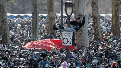 Aficionados de Eagles inundan las calles de Philadelphia