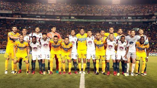 Jugadores de Tigres y América posan juntos previo al juego