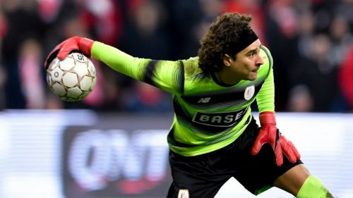 Ochoa disputa un partido con el Standard en Bélgica