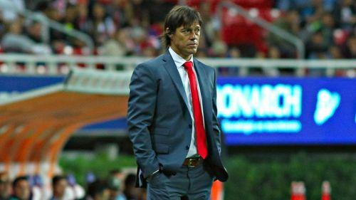 Almeyda observa el juego entre Chivas y Santos en el C2018