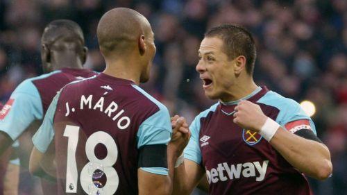 Chicharito festeja un gol con el West Ham