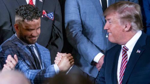 José Altuve y Donald Trump se saludan en la Casa Blanca