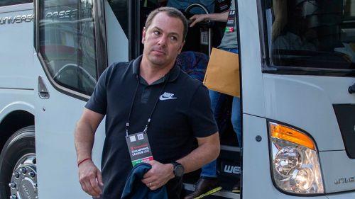 Santiago Baños baja del autobús que transporta al Club América