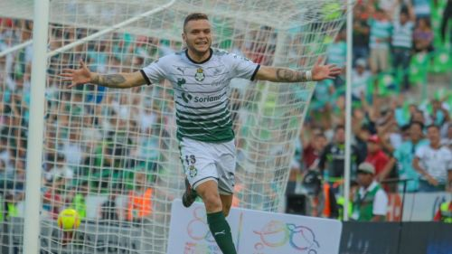 Jonathan Rodríguez festeja su primer gol contra Gallos Blancos