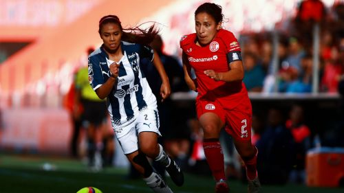 Alexia y Dirce en disputa de un balón en el duelo de Ida de Semifinales