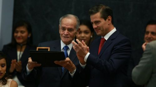 Peña Nieto entrega reconocimiento a Tomás Balcázar, abuelo CH14