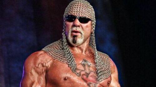Scott Steiner observa al público antes de entrar al ring en TNA