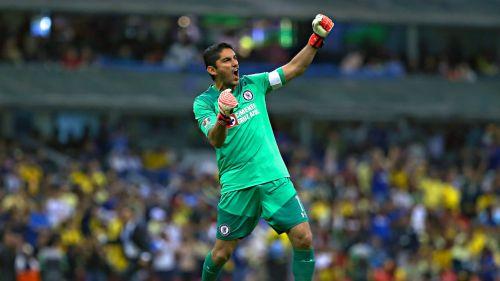 Jesús Corona festeja gol frente al América en la J13