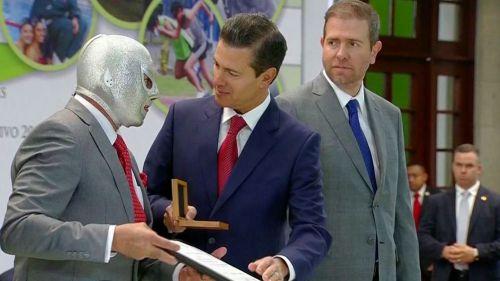 El Hijo del Santo recibe el premio de manos de EPN