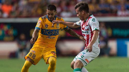 Ismael Sosa lucha por el balón en el duelo contra Necaxa