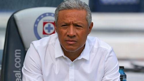 Hernández observa el duelo en el Estadio Azul